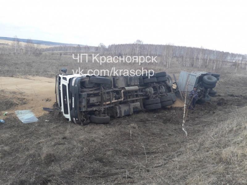ВБалахтинском районе из-за «гонщика» перевернулась фура спеском