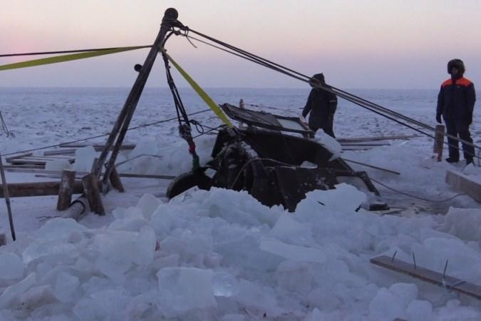 Насевере Красноярского края достали изпровалившегося под лед автомобиля тела погибших