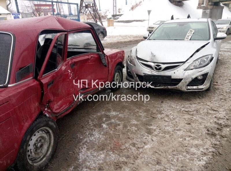 ВКрасноярске наскользкой дороге столкнулись ВАЗ и Мазда: двое пострадали