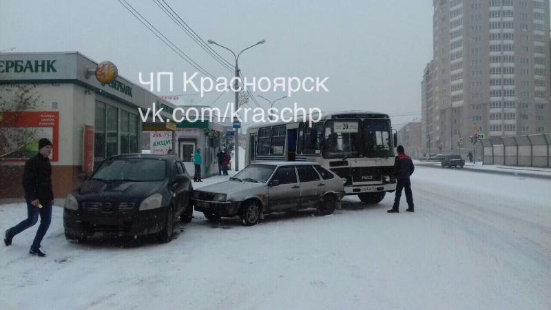 ВКрасноярске «Ладу» при столкновении отбросило наостановку слюдьми