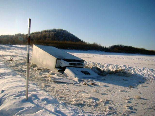 ВКрасноярском крае грузовой автомобиль вылетел смоста вреку: погибли 3 мужчин