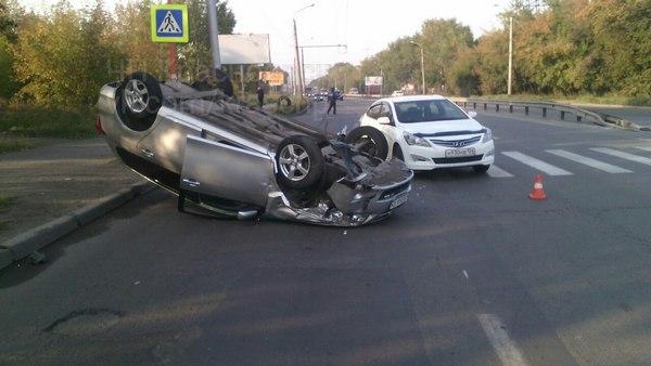 ВКрасноярске нетрезвый шофёр Тойота перевернулся наавтомобиле после столкновения