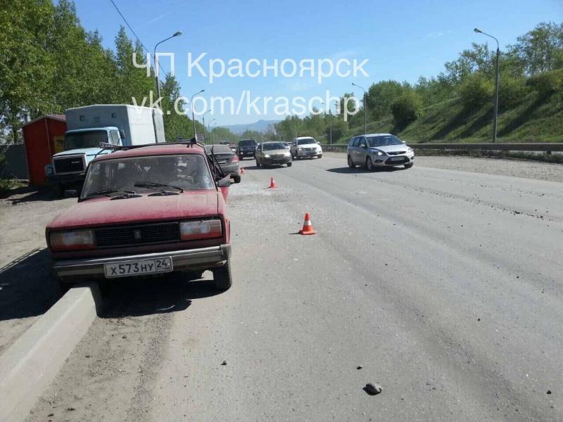ВКрасноярске «ВАЗ» протаранил столб: один человек умер, 2-ой вреанимации