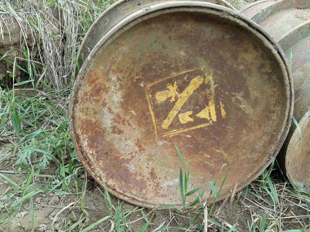 Под Сосновоборском отыскали ржавые бочки снарисованными черепами