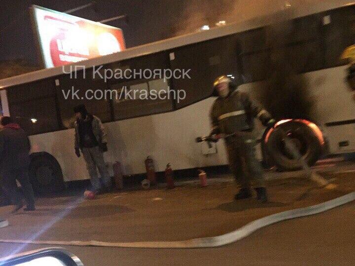 Направом берегу Красноярска уавтобуса загорелось колесо