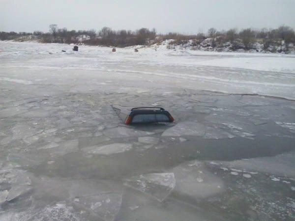 НаКрасноярском море два автомобиля провалились под лед
