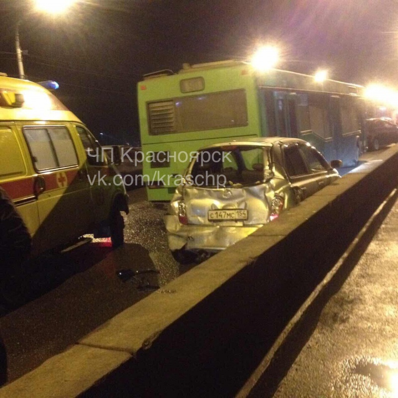 Массовое ДТП с 2-мя автобусами ииномаркой наКоммунальном мосту: ранен человек