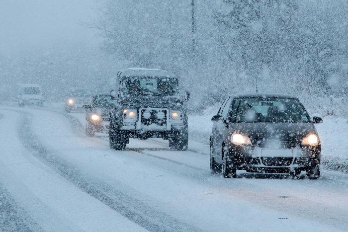 Натрассе под Красноярском из-за снегопада закрыли движение автобусов
