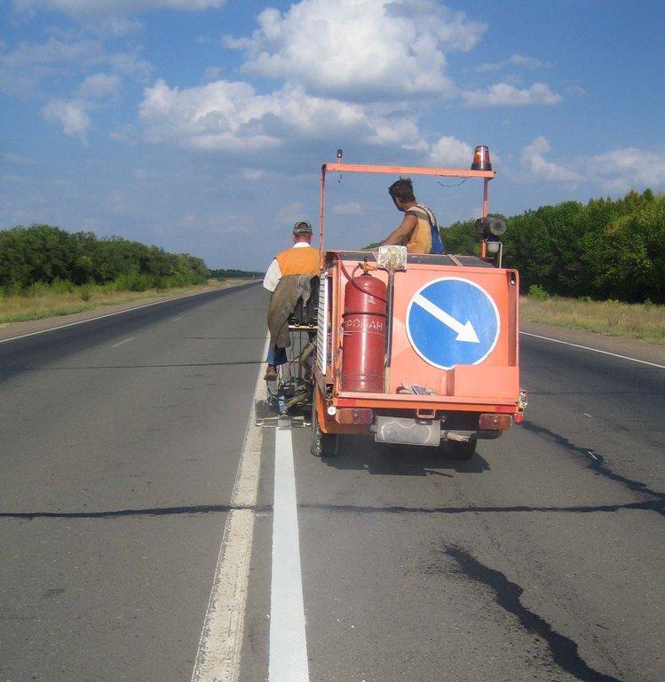 Натрассах под Красноярском наносят разметку сэмоциональными предупреждениями обопасности