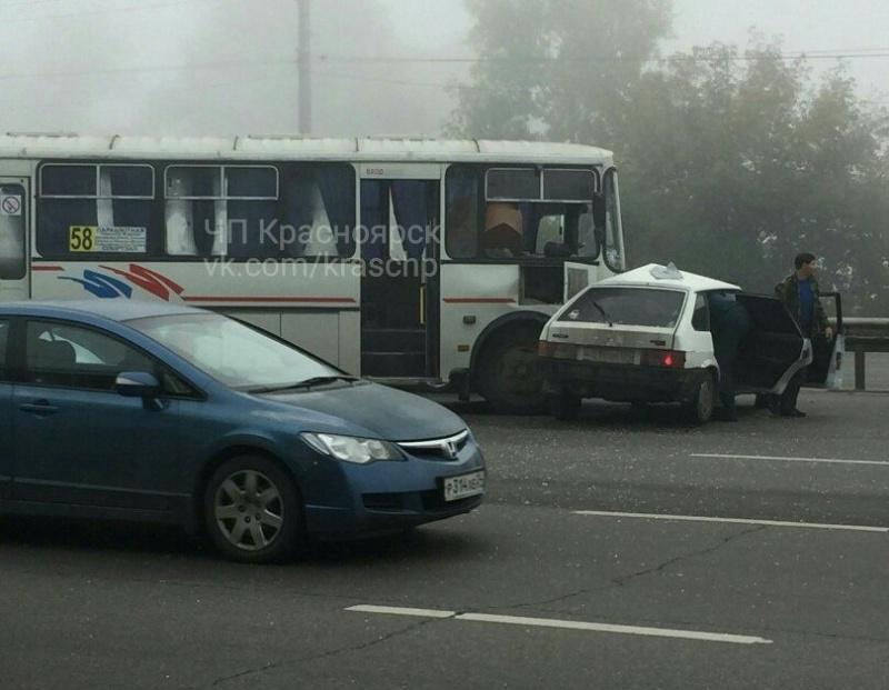 Из-за происшествия надороге наОктябрьском мосту вКрасноярске создалась внушительная пробка