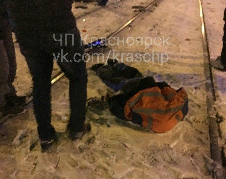 ВКрасноярске шофёр иномарки сбил столб, апотом умер под колесами маршрутки