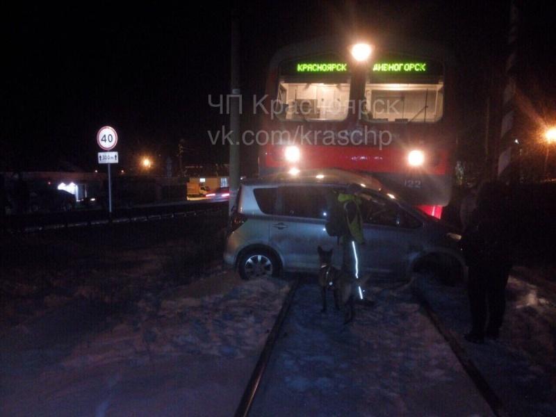 Поезд протаранил «Тойоту» напереезде: автоледи чудом осталась жива