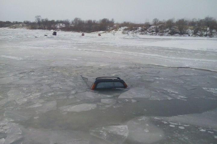 НаКрасноярском водохранилище под лед провалилась легковушка