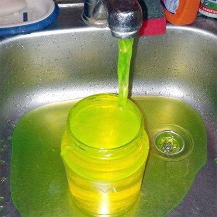 Изкранов граждан Боготола бежит зеленая вода