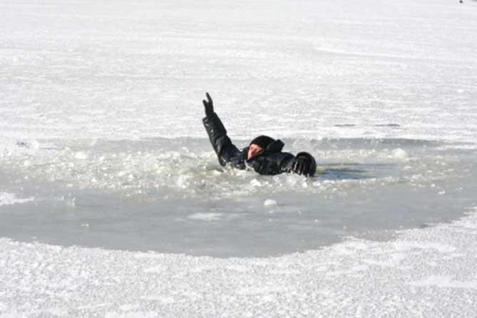 ВКрасноярском крае авто стремя пассажирами ушло под лед