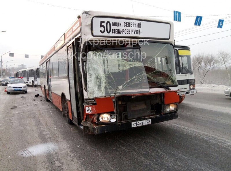 Иномарку разорвало пополам после столкновения наКоммунальном мосту