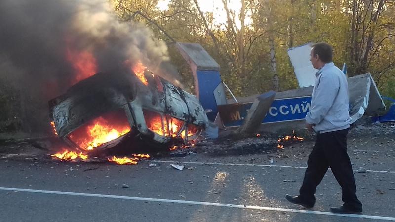 Натрассе шофёр протаранил остановку и живьем сгорел всалоне иномарки