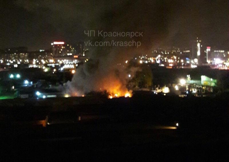 Ночью наЕнисейском рынке Красноярска горел склад