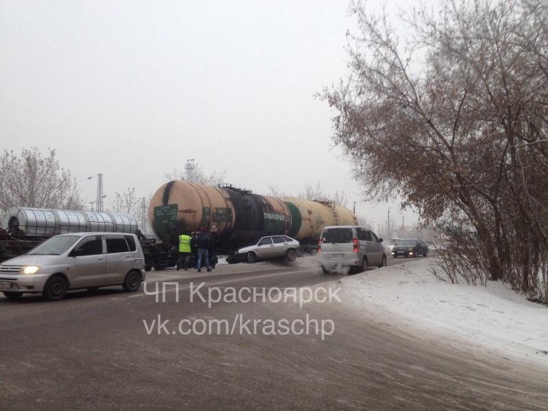 ВКрасноярске шофёр легкового автомобиля попал под поезд