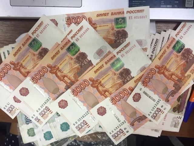 Мужчина пришел поменять порванные 100 руб. и забрал избанка 435 тыс.
