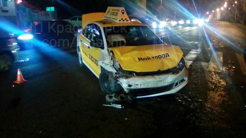 Наулице Дубровинского автомобиль такси врезался виномарку