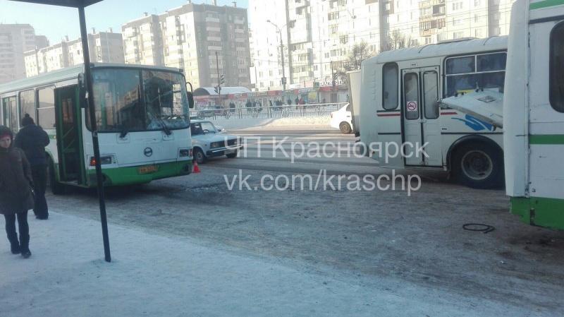 ВКрасноярске врезультате происшествия надороге сучастием 2-х автобусов пострадала беременная женщина