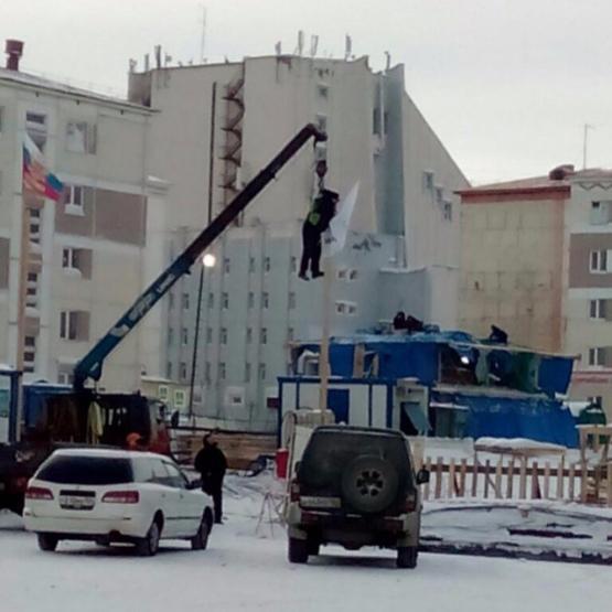 Рабочего подняли зашкирку краном ради установки флага настройке