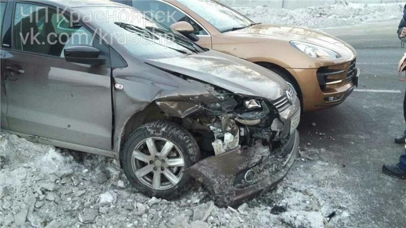 ВКрасноярске проспект Свободный встал из-за происшествия надороге спятью автомобилями