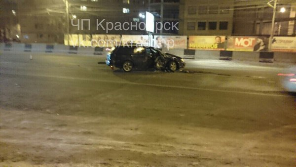 ВКрасноярске водителя Субару достали изпокореженной машины работники МЧС