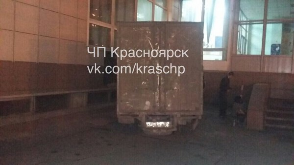 Вцентре Красноярска грузовой автомобиль протаранил машину сдетьми иврезался в строение