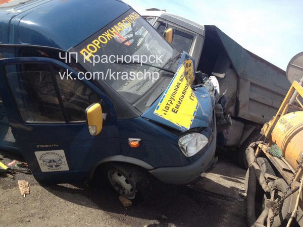 Под Красноярском фургон превратил машину дорожной службы вгруду металла