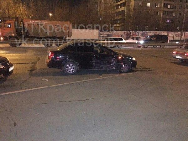 Налевобережье Красноярска легковушка после ДТП протаранила ларек сшаурмой