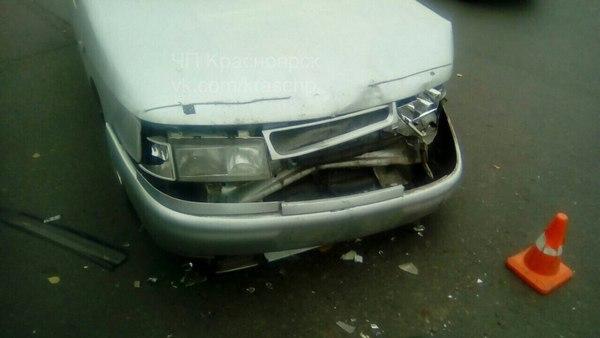 Автоледи врезалась вВАЗ иснесла светофор вКрасноярске