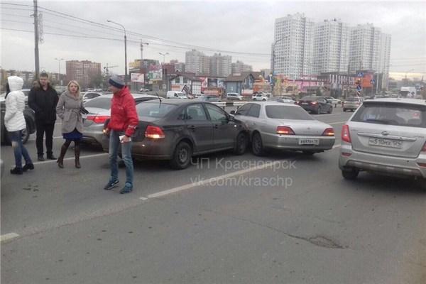 Семь машин— одно ДТП. Массовая авария произошла вКрасноярске
