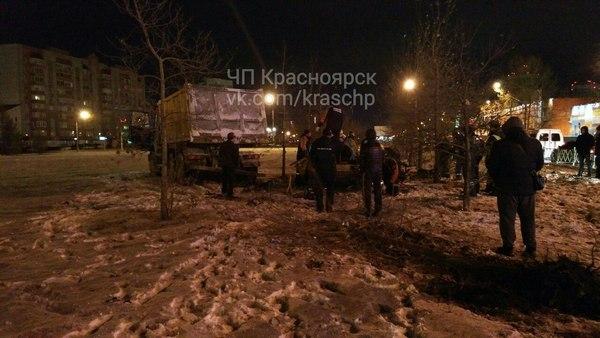 ВКрасноярске столкнулись «легковушка» ибольшегруз: погибли 3 человека