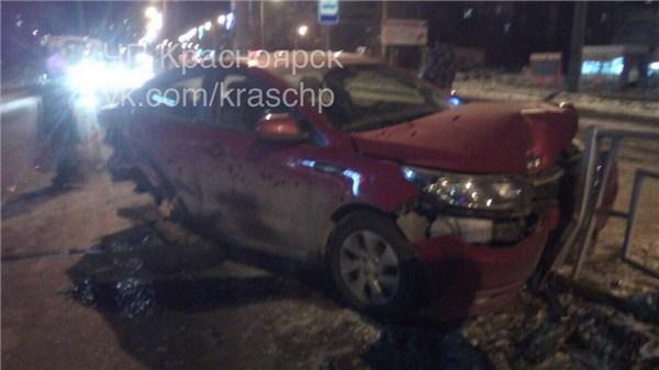 ВКрасноярске нетрезвый на Лексус протаранил остановку, среди пострадавших дети
