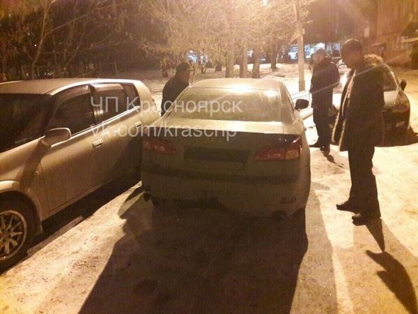 «Лексус» помял 5 припаркованных машин и исчез: отыскали всоседнем дворе
